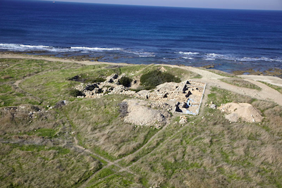 Tel Shikmona, a cross-section and excavations at the mound. An aerial photograph, looking west (photo: M. Eisenberg).